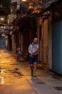 暑假結束第一日開學,在趙家巷賣生果的水果店東抱著孫女及領著孫子去返學