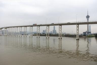 嘉樂庇總督大橋及遠處的橫琴新區建築物