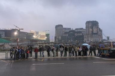 機場大馬路,等巴士的路氹城建築外勞