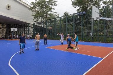 早上西灣湖休憩區打籃球的市民