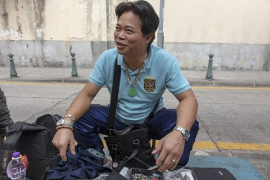 大纜巷,蓮溪廟前賣二手錶的攤販
