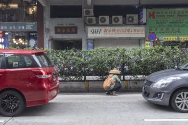 工人對道路設施進行維護