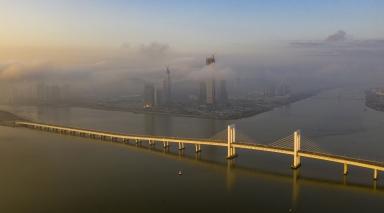 西灣大橋及遠處的十字門