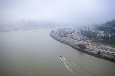大霧天氣下的西灣湖景大馬路