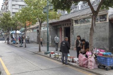 大纜巷,蓮溪廟前賣舊貨的攤販