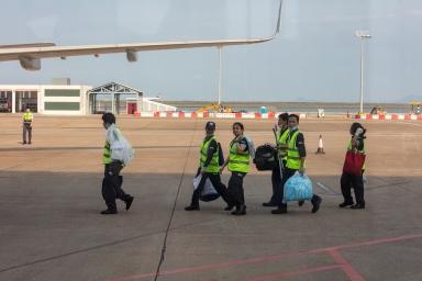 澳門國際機場,飛機上的清潔工人