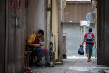 商人巷,在餐廳後門休息的廚工