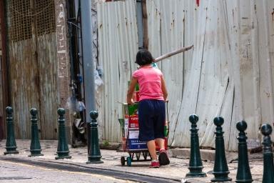 十月初五街,收集啤酒瓶清洗后賣給醬園用