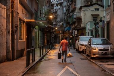 庇山耶街,早上麵包工場送貨往咖啡室