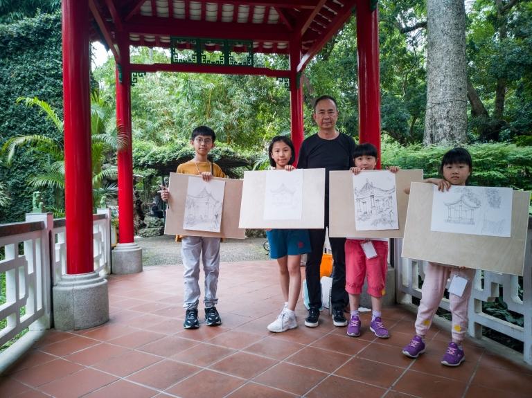 前文化局長,現科大教授吳衛嗚輔導小朋友繪畫