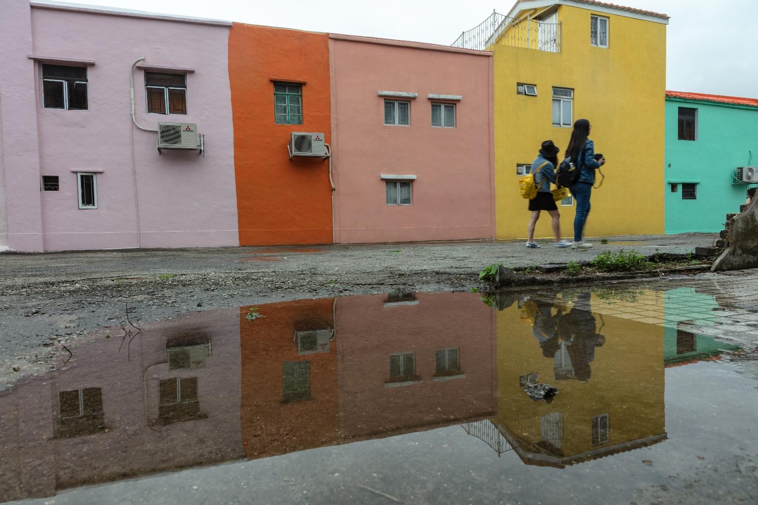 """路環十月初五馬路民居裝飾,近年成為遊客的""""打卡點"""""""