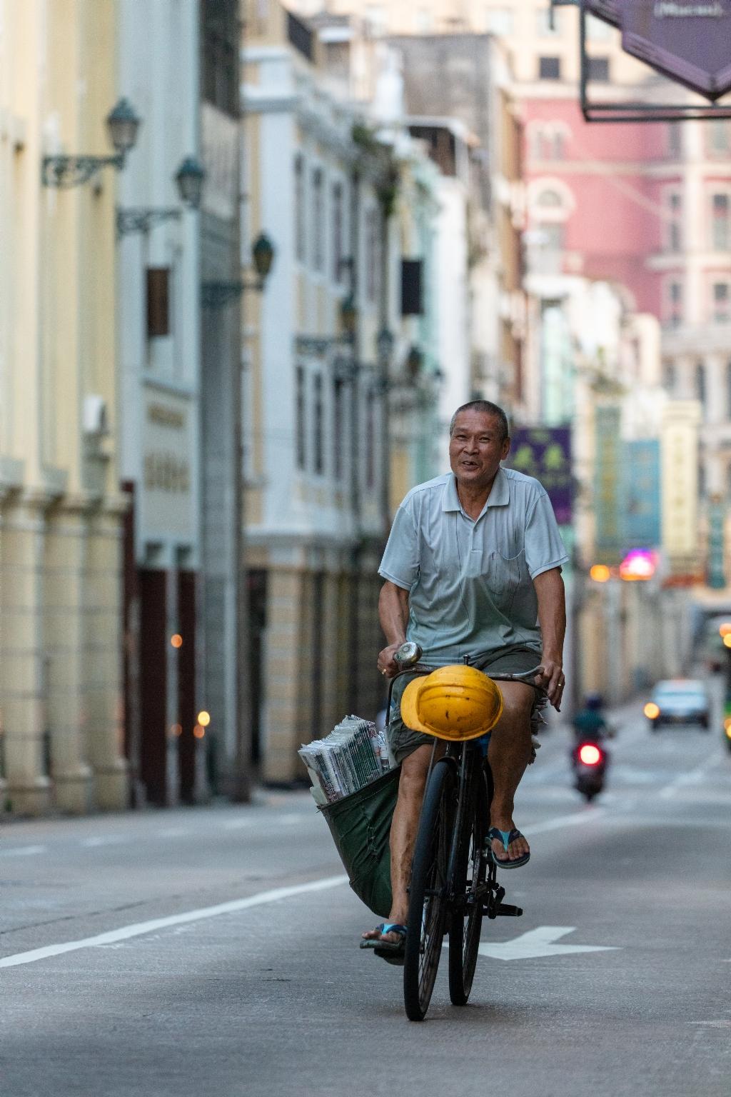 """新馬路,報販""""吳漢鈞"""",騎車送報30多年photo新馬路"""