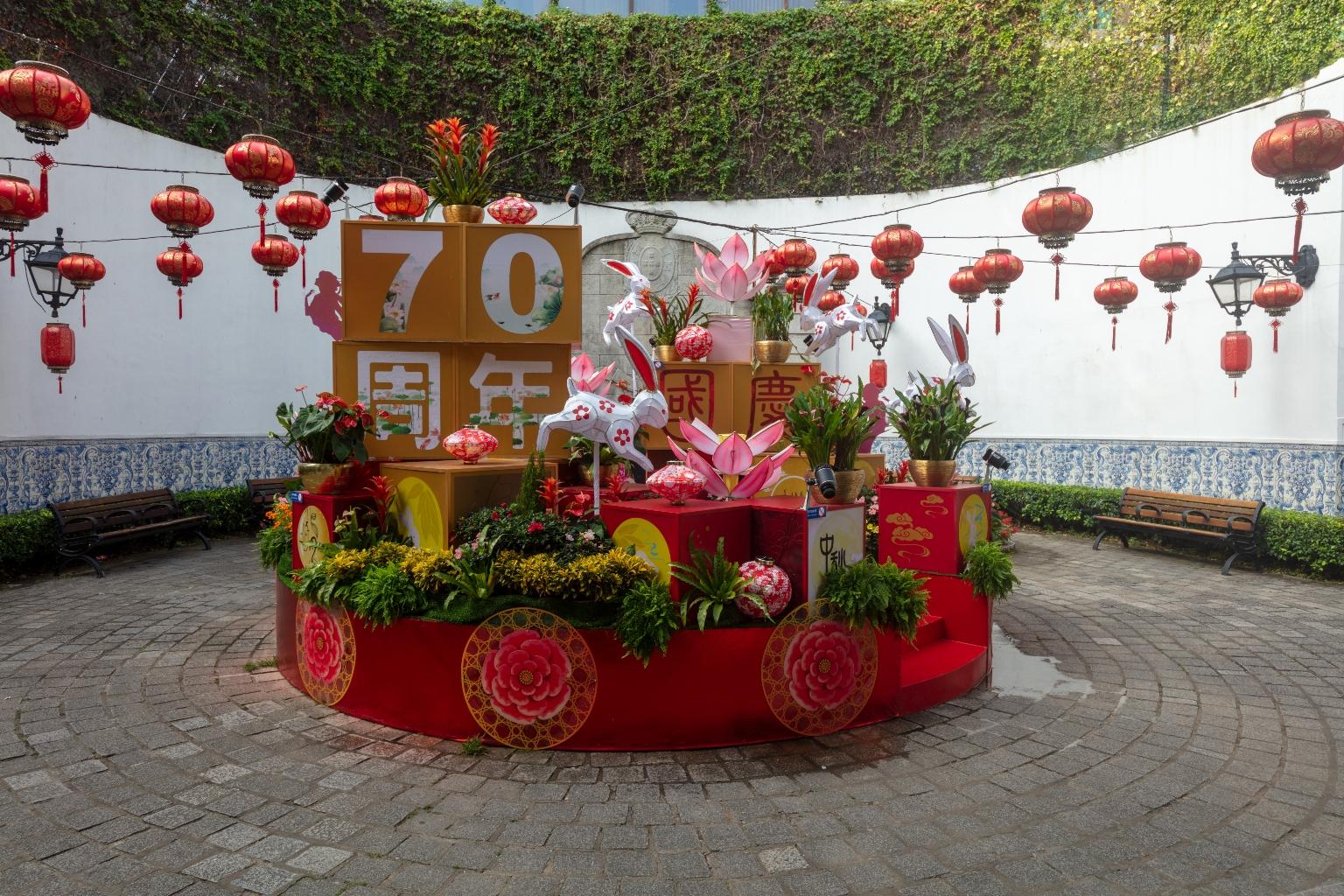 市政暑大樓花園內的國慶裝飾